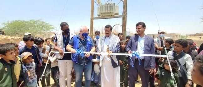 المنظمة الدولية للهجرة تحتفل بإنشاء شبكة الكهرباء الجديدة التي يستفيد منها أكثر من 54000 شخص في موقع الجفينة للنازحين بمأرب